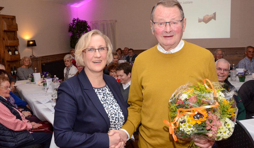 Seit 60 Jahren gehört Hans-Josef Scheufen der Wohnungsgenossenschaft Viersen an. Dafür ehrte ihn Aufsichtsratsvorsitzende Regina Peters.